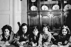 Nica Rothschild with her children, Janka, Shaun, Berit and Kari in 1957.